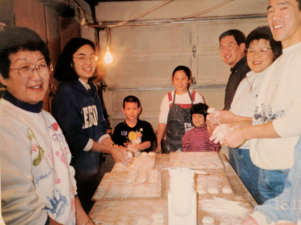 Making Mochi with the family!
